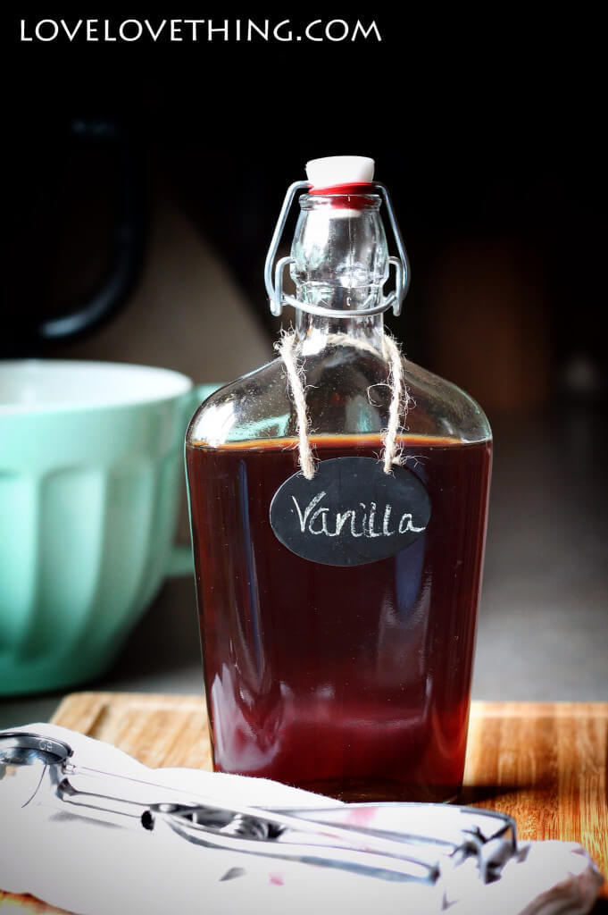 How to make your own homemade vanilla. Soo super easy! And without all the chemicals!